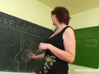 Studenten fucks hans mycket äldre läraren