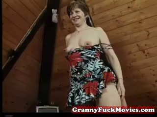 Vecmāmiņa nepieredzējošas un pounding matainas vāvere