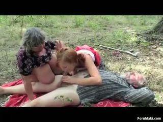 Mamalhuda vovó having diversão em o floresta