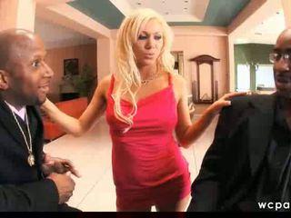 Heet blondine double penetrated door zwart guys