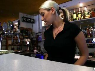 Barmaid lenka nailed na the bar pro hotovost
