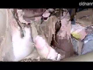Çiş yapan nine grannny ve sevimli mini etek tıbbi bir floppi göğüsler video