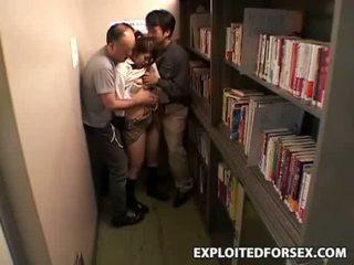 Shocked meisje betast en geneukt in school- bibliotheek
