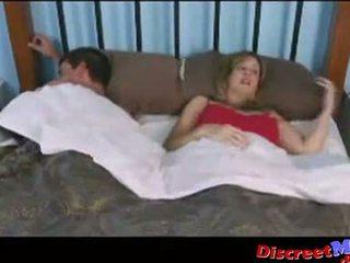 Chico y mamá en la hotel habitación