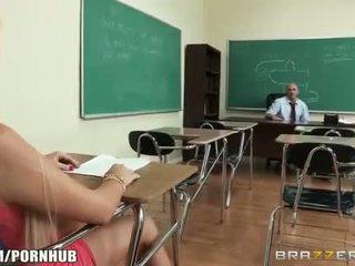 Uzbudinātas big-tit studente alexis ford dreams no jāšanās viņai skolotāja