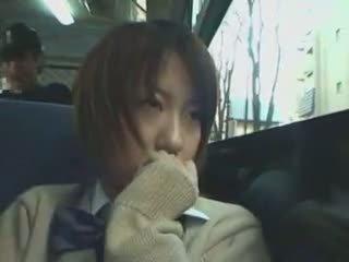 Verlegen schoolmeisje betast in bus