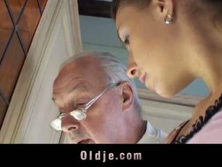 褐发女郎 licks oldman 所有 以上 他的 sere skin 和 fucks 他