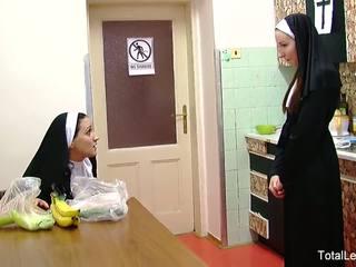 Neslušné nuns hrať s jedlo & každý ďalšie