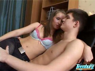 Lustful uomo kisses ragazze