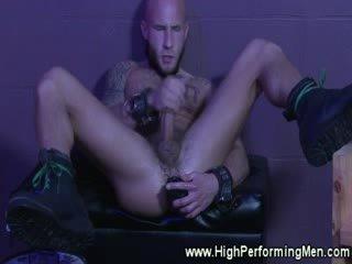 Tattood male rips ขึ้น ของเขา ด้วยตัวเอง ace ด้วย ของเล่น ในขณะที่ jacking ปิด