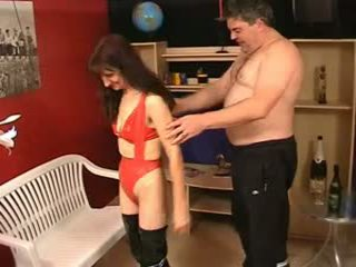 Mature poilu moche sue en latex et johny 2nd