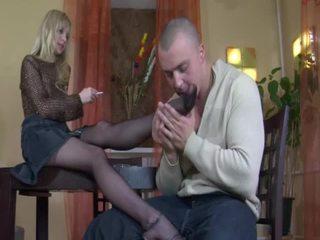 Blondine babe in kniekousen voet fetisj en neuken