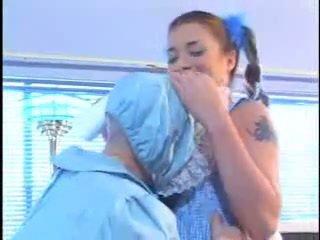 Muda pengasuh bayi kacau oleh orang kerdil
