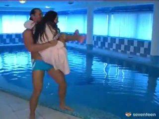 Follando por la piscina