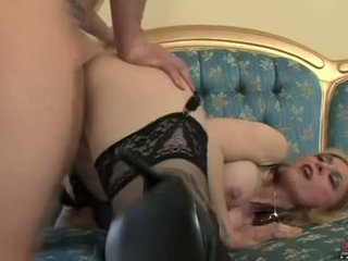 Bitchy sexy momma nina hartley acquires awesomely attacked qua một con gà trống từ phía sau