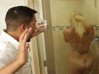 Blondinė gražus mažutė charlee chase loves dulkinimasis vidus bathrooms
