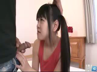 Yayoi yanagida en pigtails est given une bite à sucer