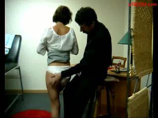 Krūtainas pusaudze getting viņai bumbulīši rubbed pakaļa spanked līdz sarkans līdz the ārsts