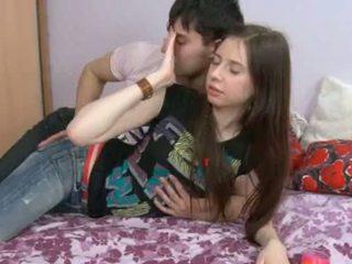 هذا 18yo فتاة having بوضعه في لها hole