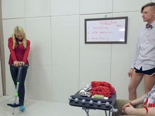 Zlaté blondýna školáčka gets brutálne anál hatefuck na pogo palica
