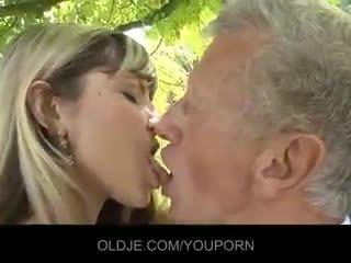 Mladý nemravné blondýna zviesť an starý guy