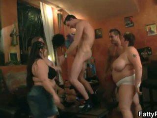Vet pub: heet groep actie met dun dudes en groot vrouwen