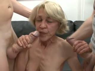 Saggy alemana abuelita follada por two guys