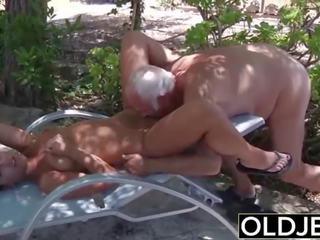 Mea prietena prins inpulit de vechi om ea sucks pe lui penis și swallows
