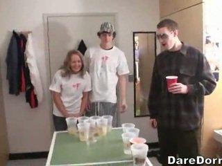 בירה pong הוא a ארוטי משחק מקדים