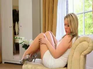 Mooi blondie bruid teasing op sofa