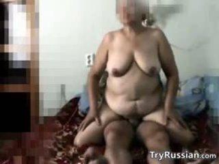 ציצים גדולים, סבתא 'לה, רוסי