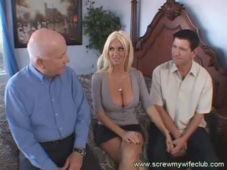 Rondborstig blondine vrouw screwed doggy stijl terwijl geil echtgenoot watches