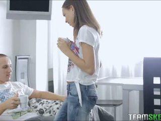 Energický dospívající goddess fucks ji boyfriend během tea čas