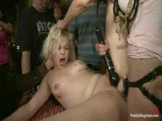 Alice frost er tied tightly, laget til gag onto kuk, anally fisted, drittsekk knullet, og humiliated i en offentlig bar i porno valley!