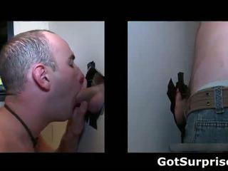 Guy gets zijn hard lul sucked door een homo