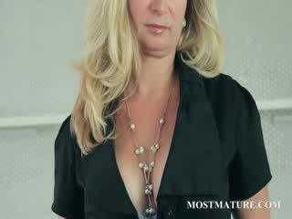 Rijpere blondine undresses tonen memmen