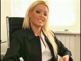Super kaakit-akit at maganda bago lesbiyan sekretarya