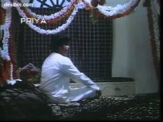 Desi suhaag raat masala відео a гаряча masala відео featuring guy unpacking його дружина на перший ніч