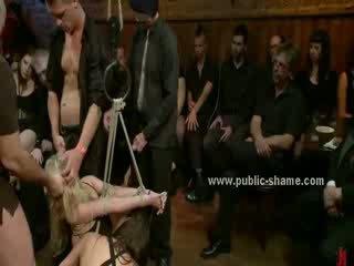Blondine met reusachtig tieten hanged in de lucht en used zoals een neuken seks speelbal shouting en verstikken