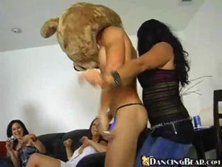 Възбуден момичета повикване нагоре на танцуване мечоци за enjoyment