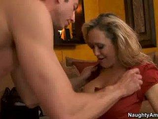 Grua më e madhe brandi dashuria thumps an i tmerrshëm weenie të gjithë rigid në të saj e lëngëshme nxehtë gojë