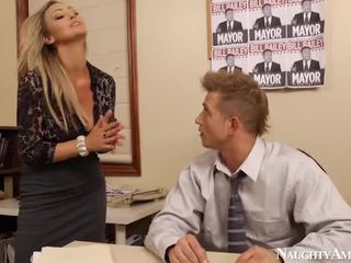 Bigtitted abbey brooks bump in ufficio