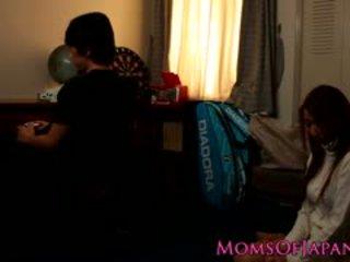 Ιαπωνικό μαμά cheats και gets πρόσωπο πατήσαμε