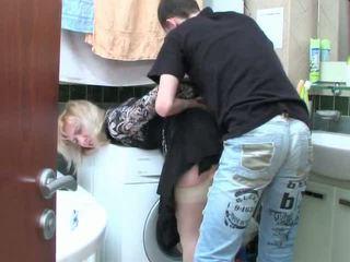 Zreli blondinke in najstnice fant has seks v kopalnica