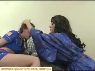 Mama seducing chlapec a násťročné dievča scout