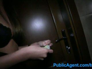Publicagent seks v the stranišče s seksi rjavolaska