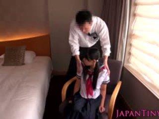 Liten japansk skolejente knullet av virksomhet mann