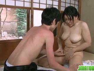 Japans rijpt: japans rijpere babe met haar jong dun lover.