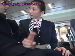 Japonesa hospedeira assists homem