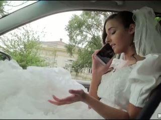 Runaway cô dâu amirah adara giới tính trong một xe hơi